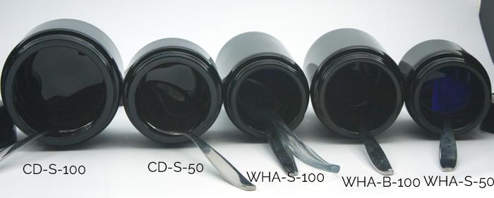 In de violet glas potjes van 50 en 100 ml past makkelijk een koffielepeltje